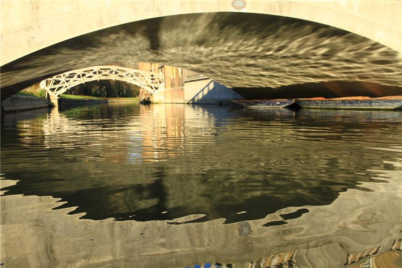 4、第二天:剑桥大学、约克古城。剑桥属于封闭式学校,游客只允许乘游船沿康河参观部分校区。远望是牛顿设计的数学桥。