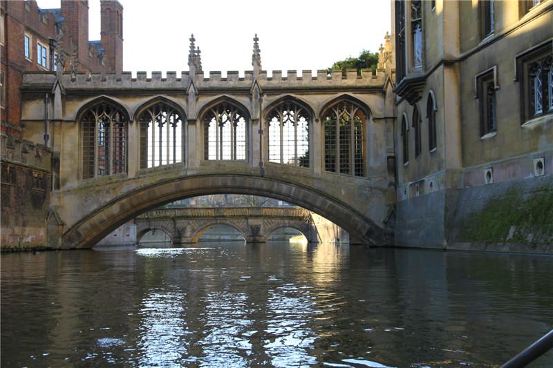 8、叹息桥。远处是浪漫诗人徐志摩先生在《再别康桥》中提及的康桥