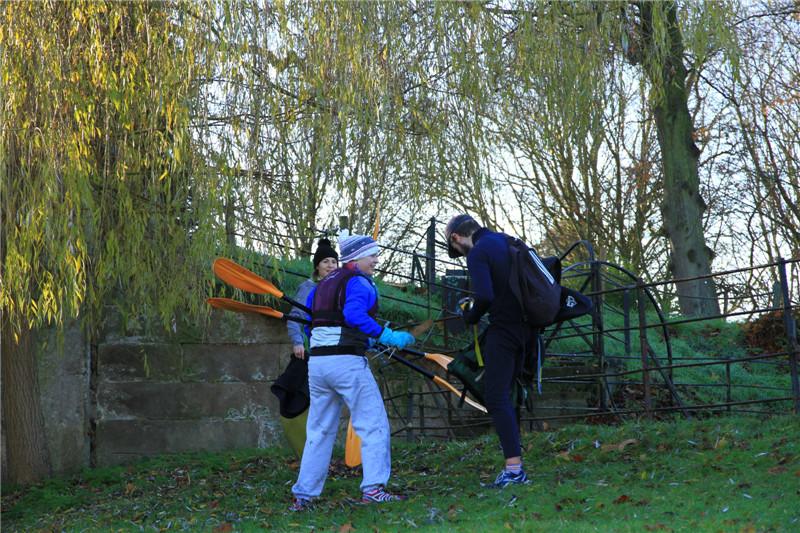12、刚结束皮划艇训练的学生。每年剑桥与牛津大学都要在此举行划船赛事