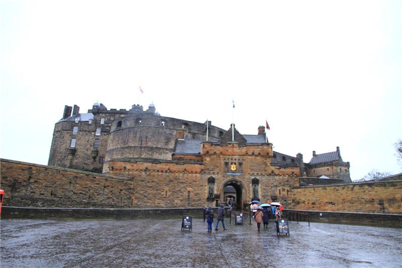 28、爱丁古堡。该城堡建立在死火山的花岗岩上,建于12世纪初,几百年来目睹了苏格兰历史的风风雨雨
