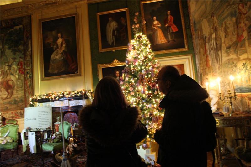 74、游客在欣赏油画