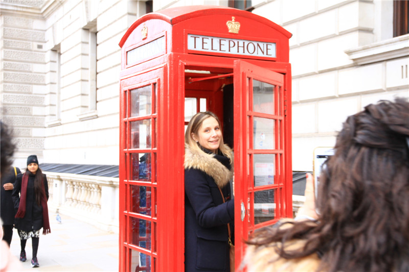 """98、伦敦的邮筒、电话亭、双层公交车和老爷出租车构成了一道""""三红一黑""""独特的风景"""