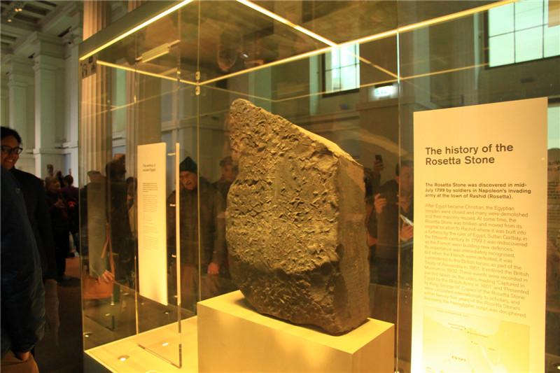 104、镇馆之宝。制作于公元前196年的古埃及罗塞塔石碑(上面刻有埃及国王托勒密五世诏书)