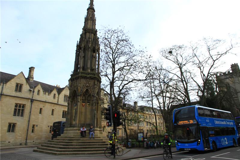 144、牛津大学成立于1167年,是世界上最古老的大学。该校坐落在牛津镇,38个学院在城镇中呈开放式分布,