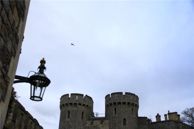 140、飞机从城堡上空掠过