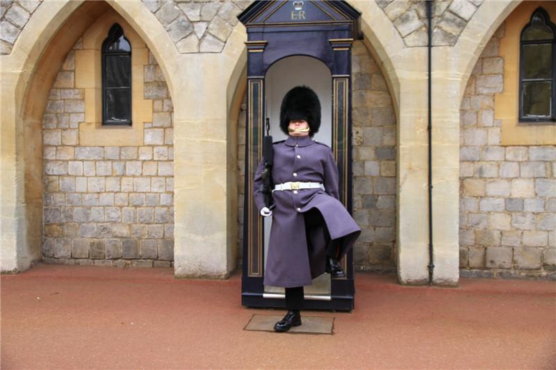 142、城堡中头戴熊皮帽子的卫兵,非常友善,游客可以近距离合影拍照。卫兵高抬腿立定的瞬间