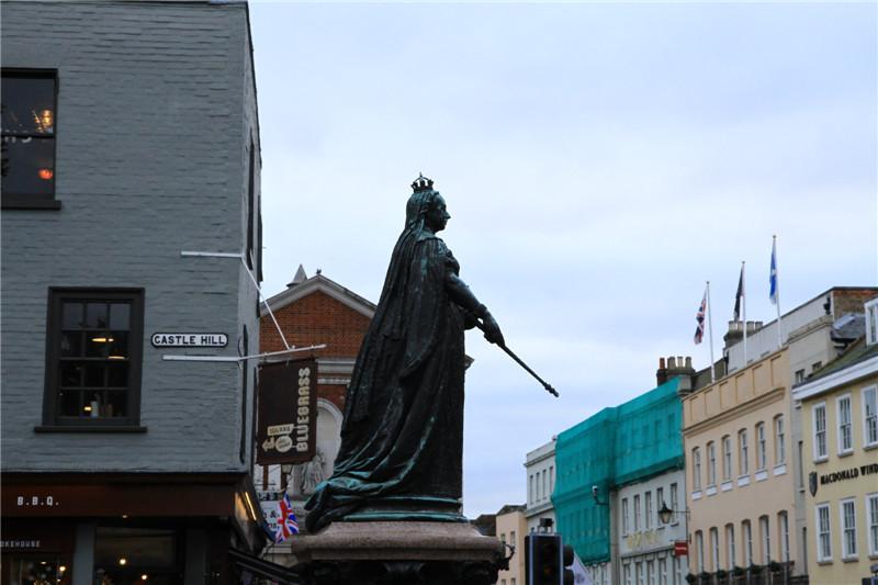 143、城堡外的维多利亚女王铜雕像