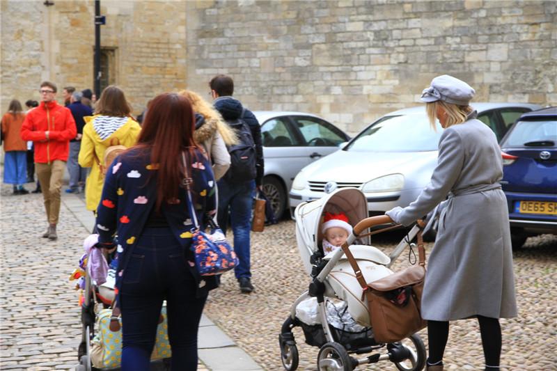 """154、推着婴儿车在牛津大学中""""熏陶""""徜徉。从娃娃抓起不是盖的。哈哈"""
