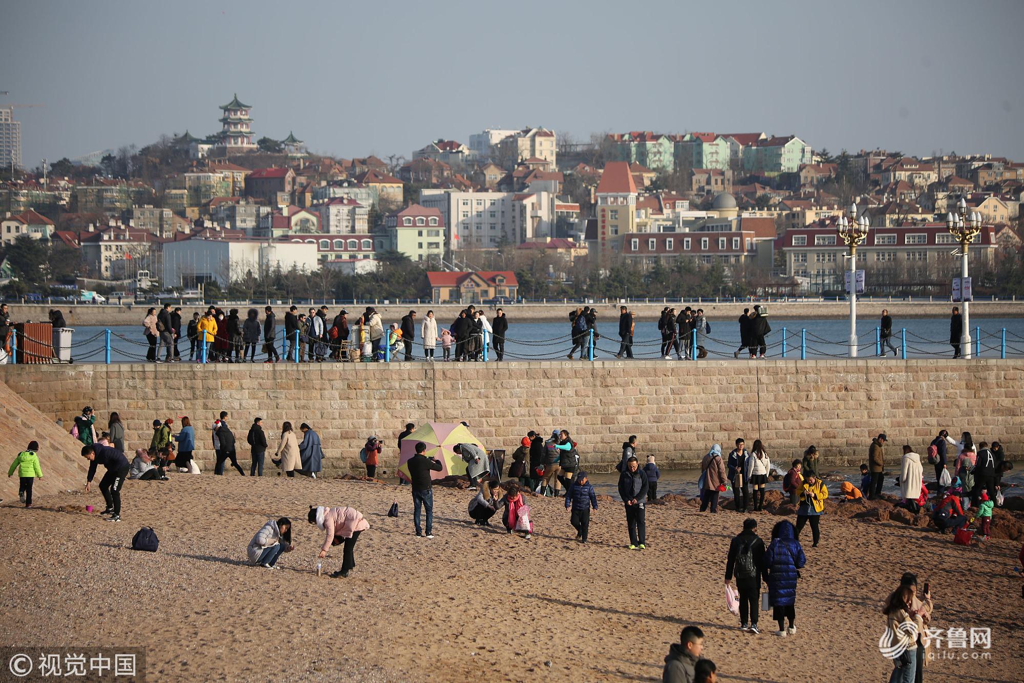 青岛持续低温天气 市民游客冒严寒海边游玩