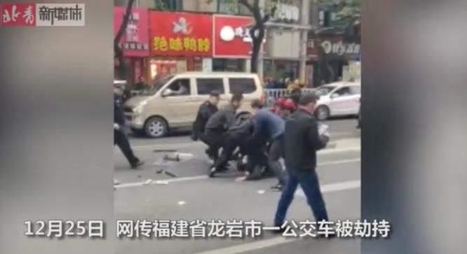 福建龙岩一公交车被歹徒持刀劫持 已造成5死21伤