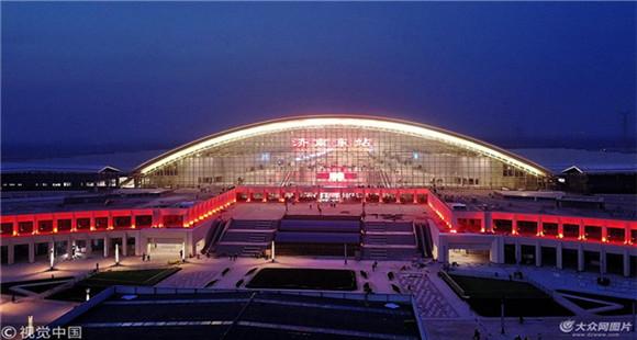 济南东站华灯初上 巨型车站站房和广场璀璨靓丽