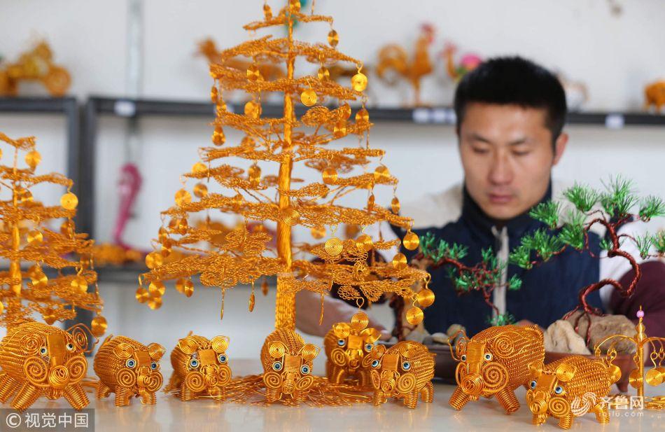 """山东临沂:31岁的民间艺人创作出""""金猪送福""""迎新年铝编图片"""