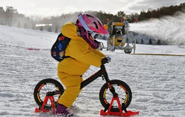 山东烟台:萌娃滑雪迎新年 感受滑雪的乐趣