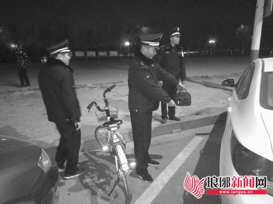 临沂市城管执法人员捡到钱包 等不到失主交给民警