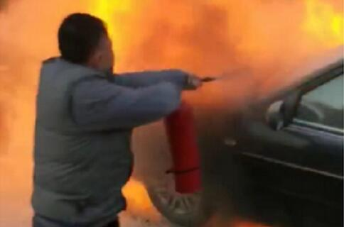 一轿车路边着火 临沂公交集团校车驾驶员挺身灭火