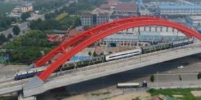 """济青高铁""""夫妻档"""" 在淄博工作2年半 看到通车一刻一切付出都值得"""