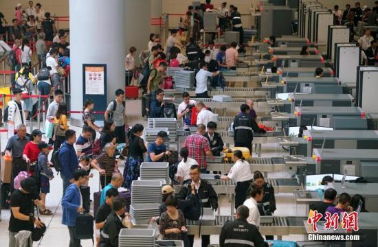 """香港高铁与港珠澳大桥成香港人短途旅游""""新宠"""""""