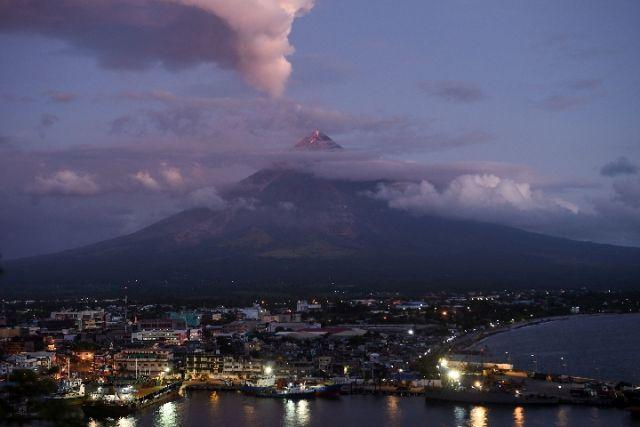 """菲律宾最活跃火山""""喷灰"""" 疑爆发前兆"""