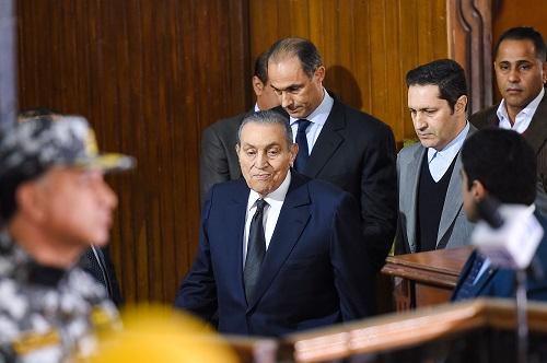 罕见同框!埃及两前总统同时现身法庭 穆巴拉克为穆尔西案作证
