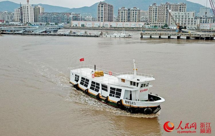 """浙江象山海岛居民坐上""""公交船"""""""