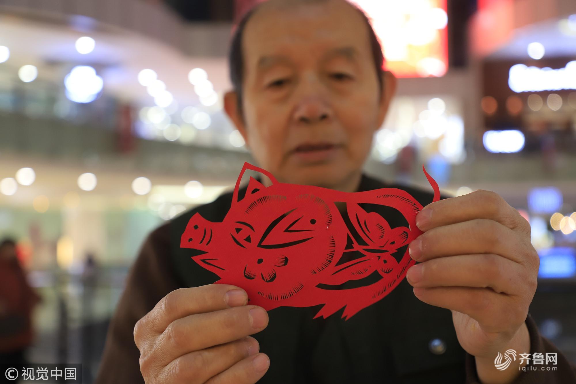 """济南68岁大爷耗时一年剪百""""猪"""" 拼""""巨型猪""""送祝福"""