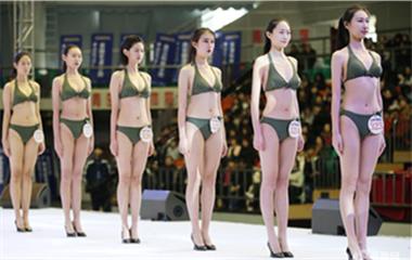 青岛模特空乘专业学生参加高校推介会 寒冬下光腿走秀