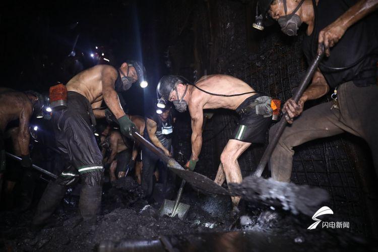 208小时大救援!为了矿工兄弟,他们赤膊在地下千米不抛弃不放弃_副本.jpg