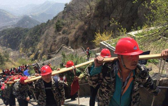 """炎值≥35℃丨烈日下的""""挑山工""""队伍 把 3.5 吨的电缆挑上泰山.jpg"""