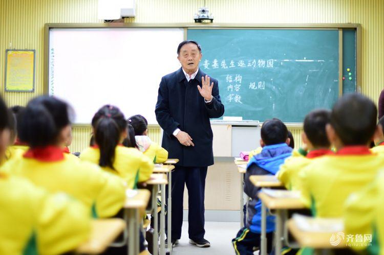 青岛一74岁退休教师13年间下乡支教千余次.jpg