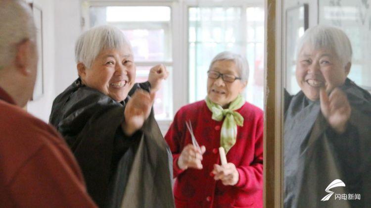 """""""就是图个乐"""" 济南81岁老人免费帮人理发60多年.jpg"""