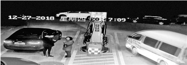 她把车开到加油站求救 男子持刀打劫17分钟就被抓