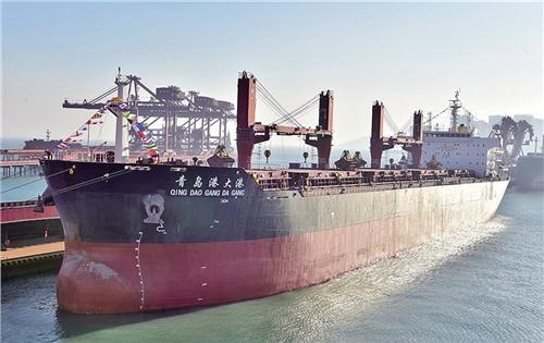 青岛港首艘自营5万吨级散货船投运