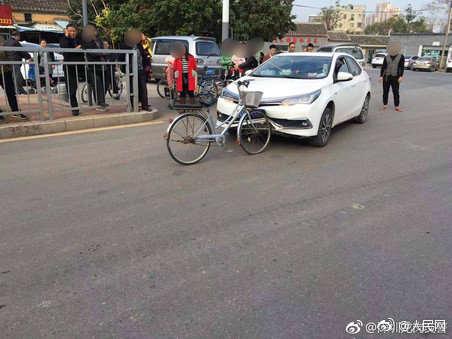 """交警回应""""硬核自行车撞扁轿车车头"""":尴尬,但是真的"""