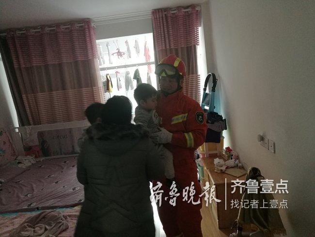 险!两名幼儿被困家中,烟台消防员紧急搭梯破窗救援