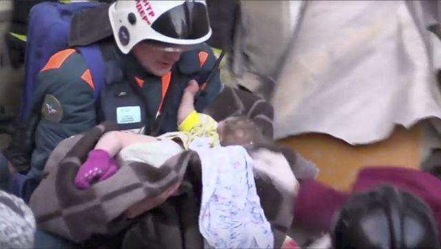 俄男婴严冬受困垮塌楼体35小时生还