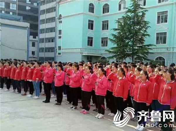 """活动二:团员纳新。全体新团员面对团旗,郑重发出了""""为共产主义事业而奋斗""""的铮铮誓言。"""