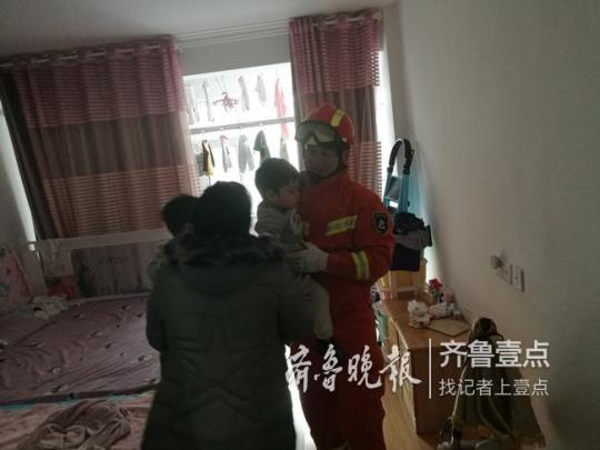 两名幼儿被困家中 烟台消防员紧急搭梯破窗救援