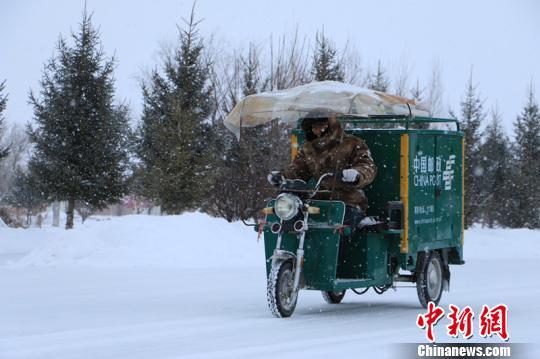 """边境线上的邮递员:20余年风雪无阻甘当""""绿衣鸿雁"""""""