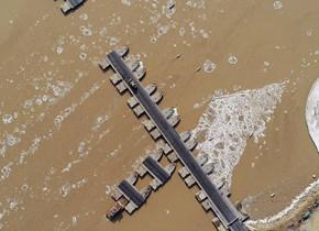 滨州段黄河浮冰大如小岛 多座浮桥临时拆除