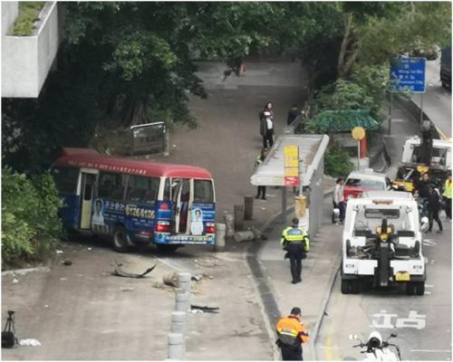 香港一辆小巴撞2车并冲向巴士站 致3人受伤送院