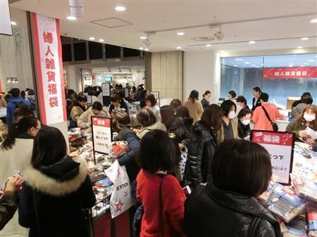 """日本商场举行新年""""初卖"""" 上千人5点排队抢福袋"""