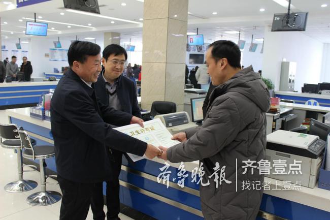 郓城县行政审批服务局发出第一张许可证