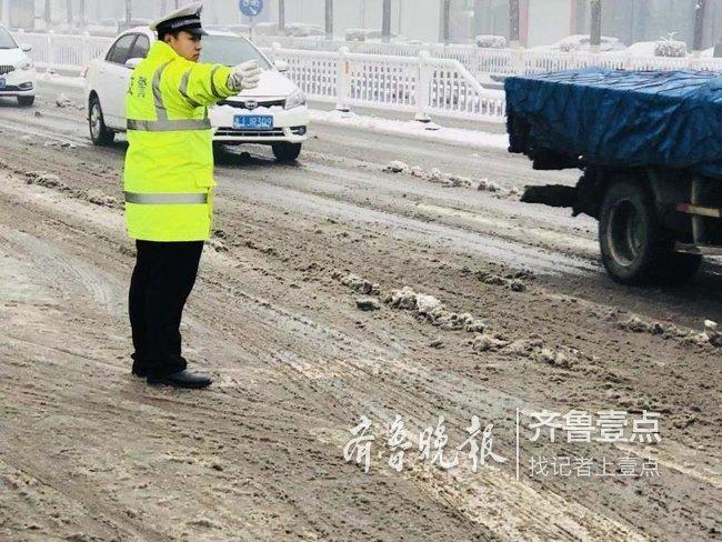 宁阳警方雪中坚守,守护城市交通安全