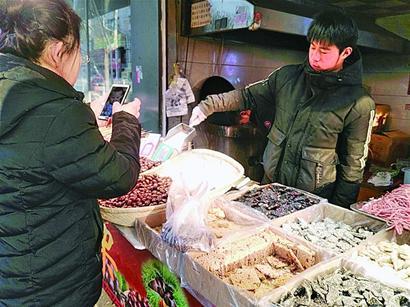 店小掉头快 青岛街头龙虾店转型卖坚果