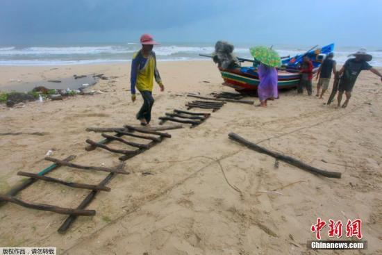 """""""帕布""""吹袭泰国数万游客受影响 海面掀起7米巨浪"""