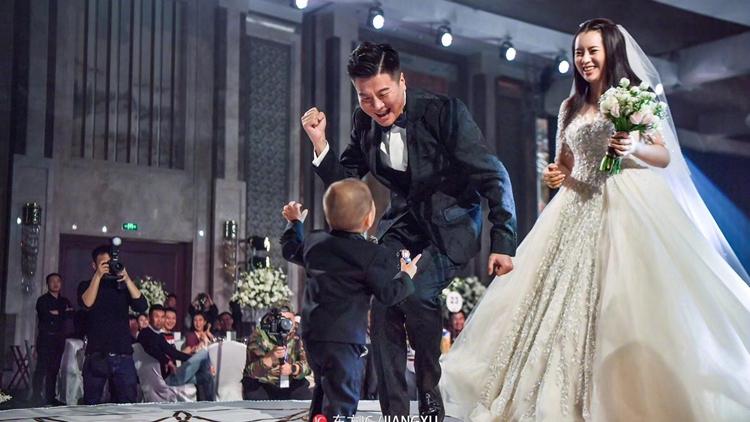 李金羽浪漫婚礼爱子参加 新娘白色婚纱亮相
