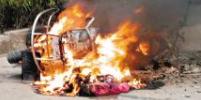 摩托车行驶中起火 淄博公交司机停车帮灭火