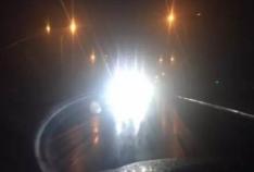 对面大货车灯光晃眼引发事故 淄博一私家车开进边沟