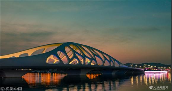 青岛珊瑚贝桥造型奇特 夜景仿如鬼斧神工