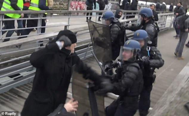"""法国""""黄背心""""运动现场:前拳击冠军猛打警察"""